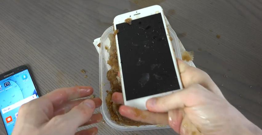 Samsung Galaxy S7 Edge vs. iPhone 6S Di Rendam Coca Cola dan Dimasukkan Kulkas Jadi Apa.. 13